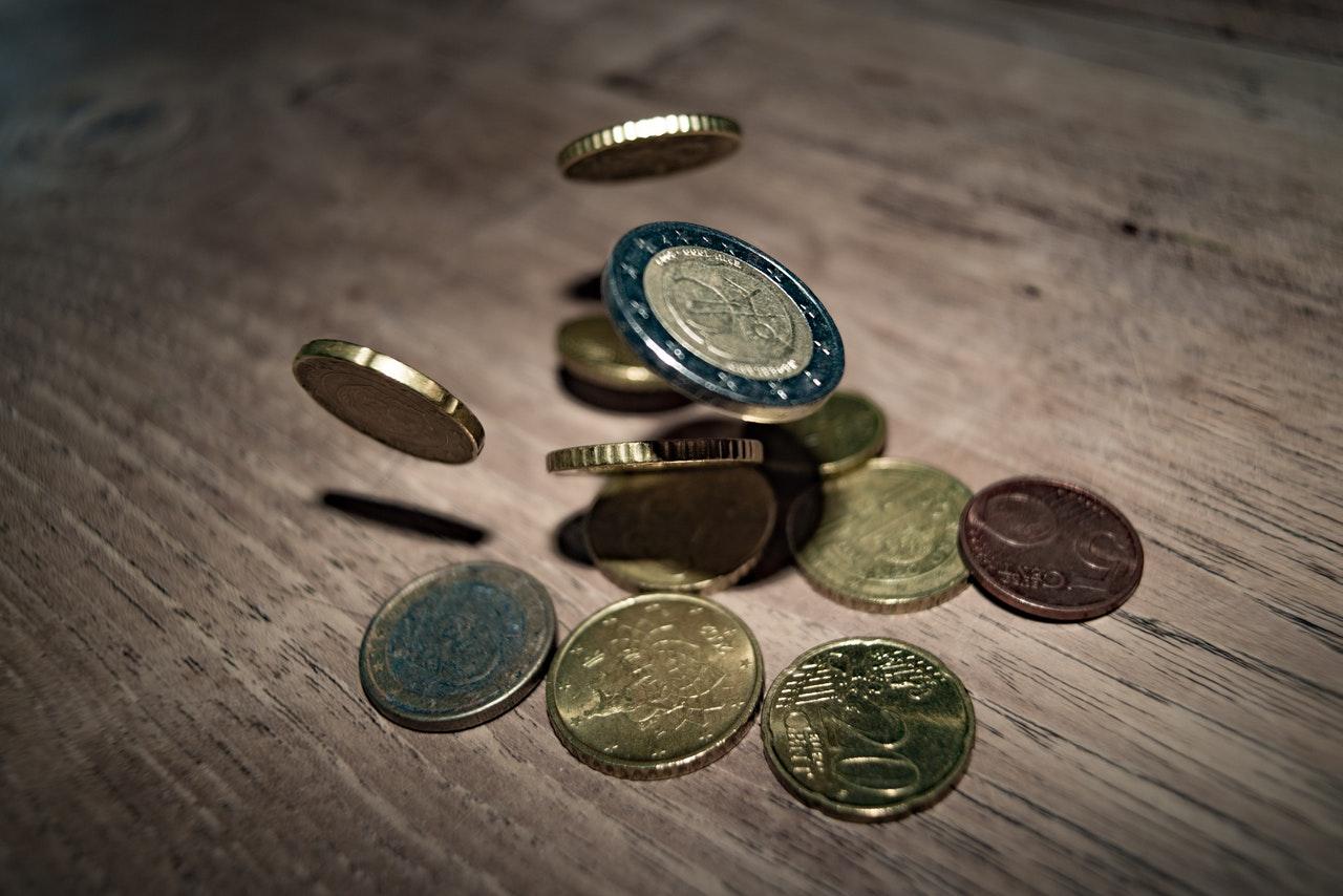 monety spadające na stół