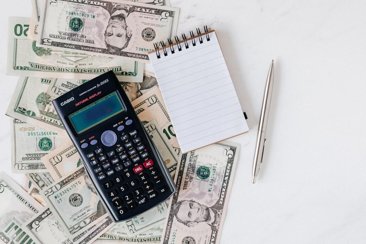 banknoty kalkulator i notatnik