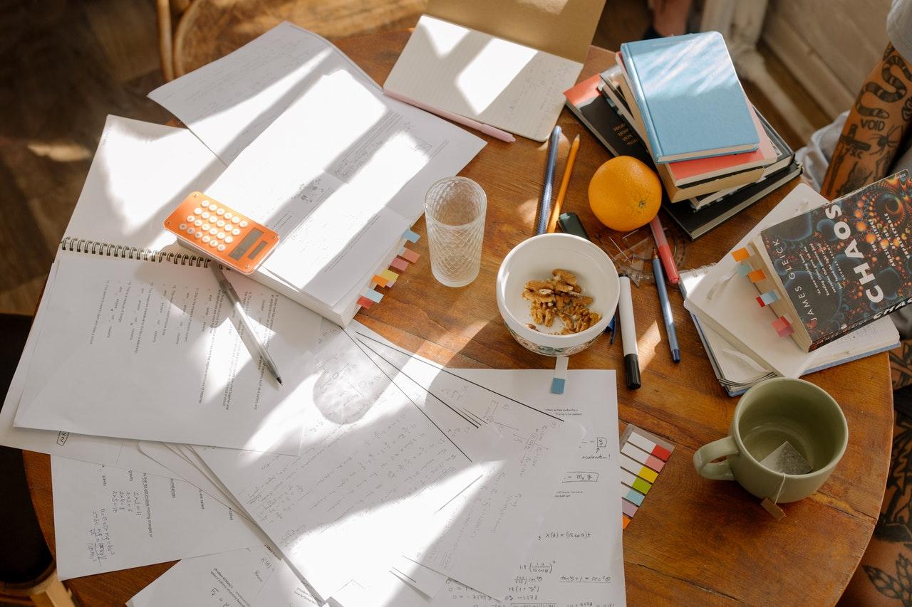 biurko z dokumentami